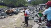 saat berada dilokasi bencana banjir bandang Sentani staf khusus presiden Lenis Kogoya menggendong kepala sekolah HIS POS 7 Sentani senin 16 september 2019