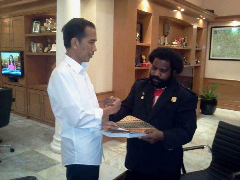 Ketua Lembaga Masyarakat Adat (LMA) Provinsi Papua Dr Lenis Kogoya MHum saat menyerahkan berkas kepada Presiden Jokowi di Istana Negara