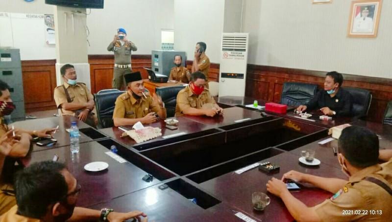 Tampak Puluhan Kepala Desa mendatangi kantor DPRD Lampung Selatan