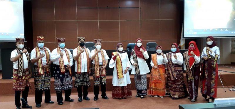 Ketua Dekranasda Lampung Selatan Hj Winarni Nanang Ermanto dan Wakil Ketua Nuri Maulida Lenggono beserta jajaran pengurus berfoto bersama, usai mengikuti HUT ke-41 secara virtual.