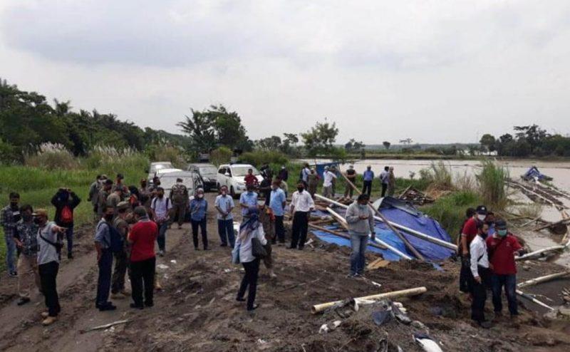 Petugas Operasi Gabungan menertibkan para penambang pasir di sepanjang area sungai Progo Daerah Istimewa Yogyakarta, Selasa (06/04/2021)