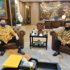 Tampak Ketua Umum Partai Golkar Airlangga Hartarto berteman akrab dengan Lenis Kogoya