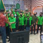 Majelis Pertimbangan Organisasi Sudiarto menyerahkan pataka kepada Ketua Umum terpilih Abednego Panjaitan dalam acara pelantikan kepengurusan DPP SBSI 1992 periode 2021-2026, Minggu (24/10/2021) di Gedung Mula, Kota Tua, Jakarta